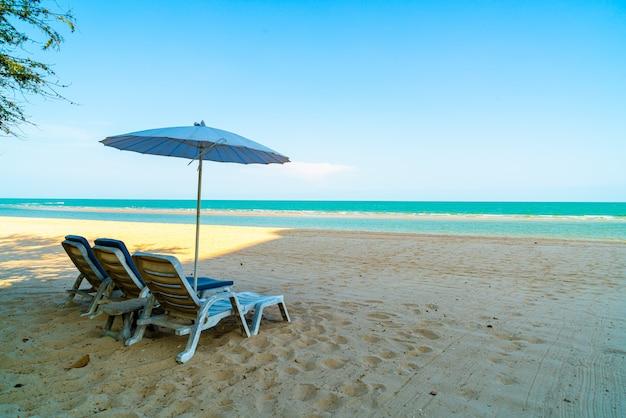 Пустой шезлонг на песке с морем океана