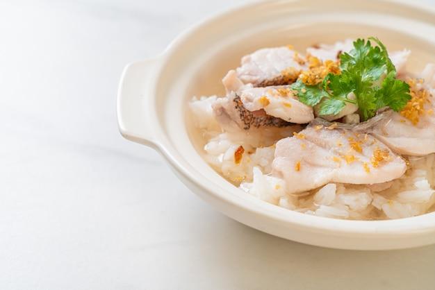 お粥または魚丼のご飯スープ