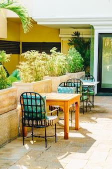 空の屋外パティオの椅子とテーブル