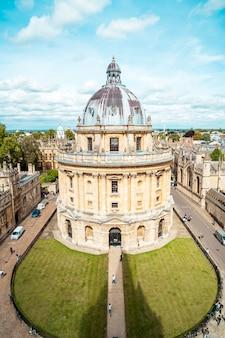 ラドクリフカメラと周辺の建物、オックスフォード、オックスフォードシャー、イングランド、イギリスの正面図。