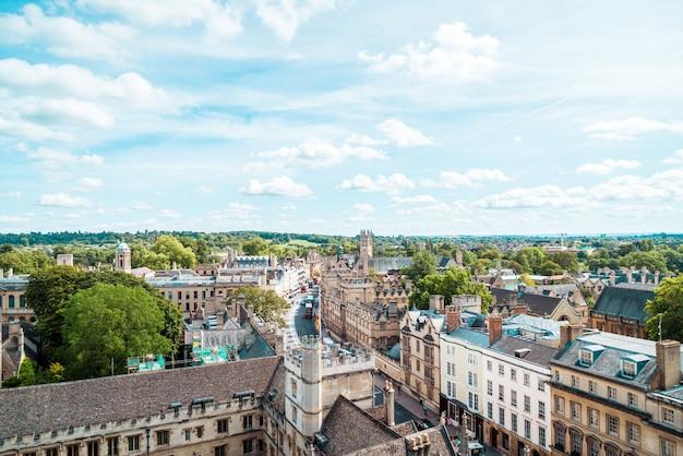 イギリス、オックスフォードのハイストリートの高角度のビュー。