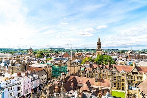 イギリス、オックスフォードシティのハイストリートの高角度のビュー。