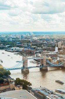 Вид с воздуха лондон сити с реки темзы, великобритания
