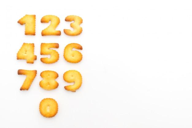 白いテーブル上の数字のセットのビスケット