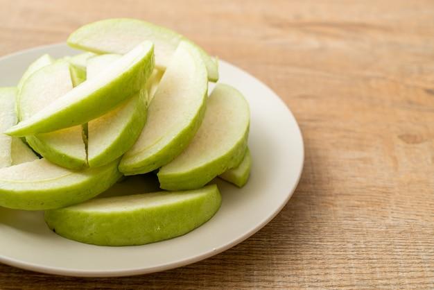 Свежие фрукты гуавы (тропические фрукты) нарезанные