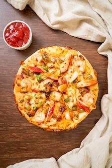Пицца с морепродуктами (креветками, осьминогами, мидиями и крабами) на деревянном подносе