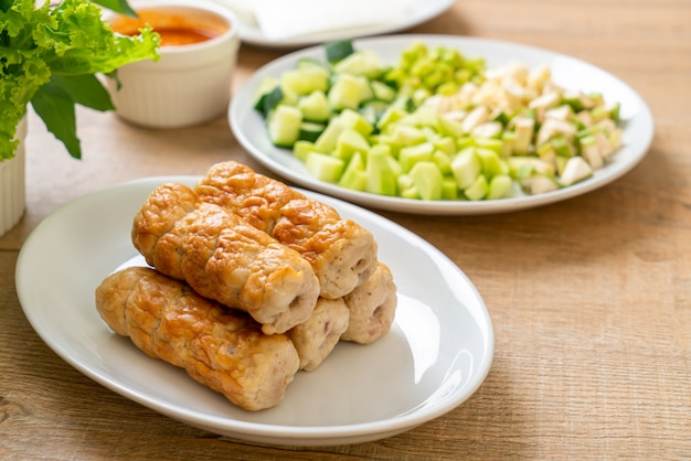 ベトナムのポークミートボールと野菜のラップ(ナムネアウンまたはナムデュー)、ベトナムの伝統的な食文化