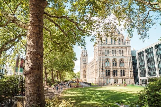 ロンドンの自然史博物館を訪れる人々。