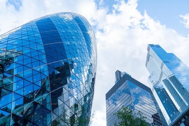 青い空と高層ビル営業所の窓