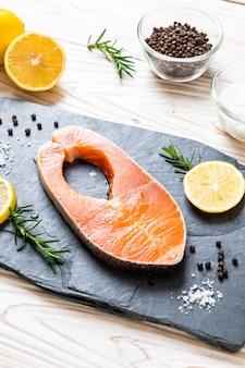 Свежий сырой стейк из филе лосося