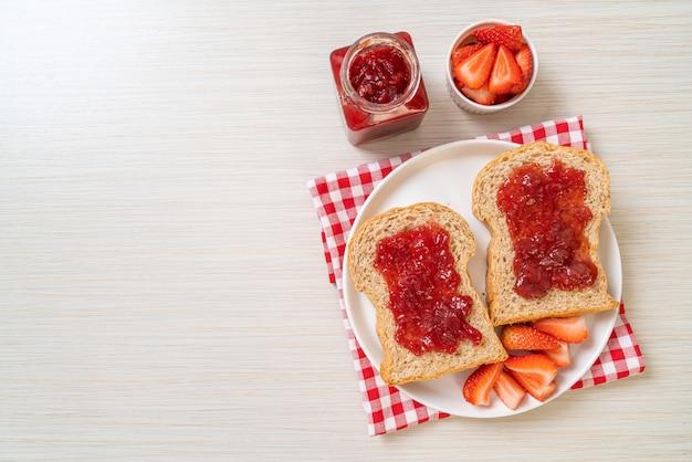いちごジャムと新鮮なイチゴの自家製全粒小麦パン