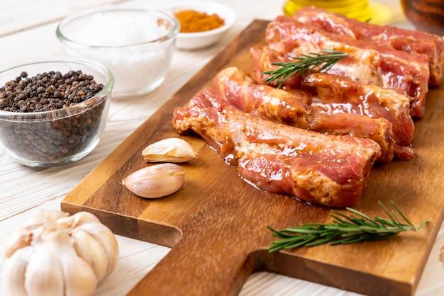 新鮮な生豚カルビを材料で焙煎する準備ができています