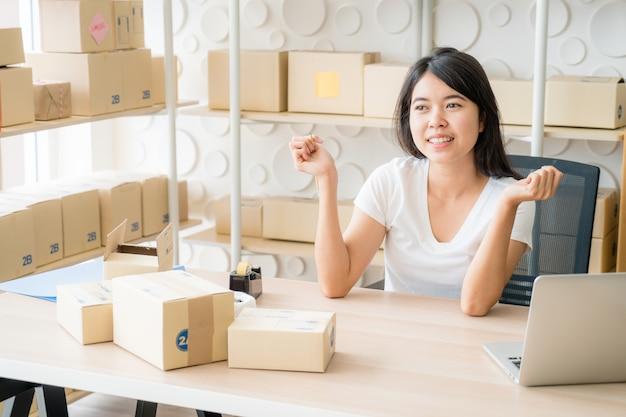 顧客からの新しい注文後の幸せな若い女性