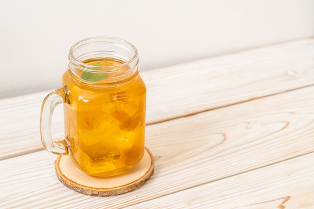 Китайский сливовый сок со льдом и мятой