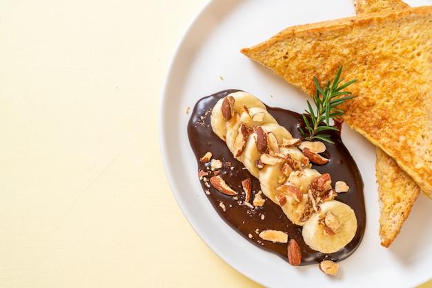 Французский тост с банановым шоколадом и миндалем на завтрак
