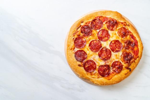 木製トレイ、イタリア料理のスタイルのペパロニピザ