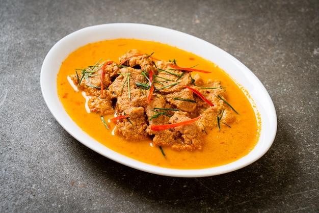 Тайское блюдо из пананг карри со свининой по-тайски