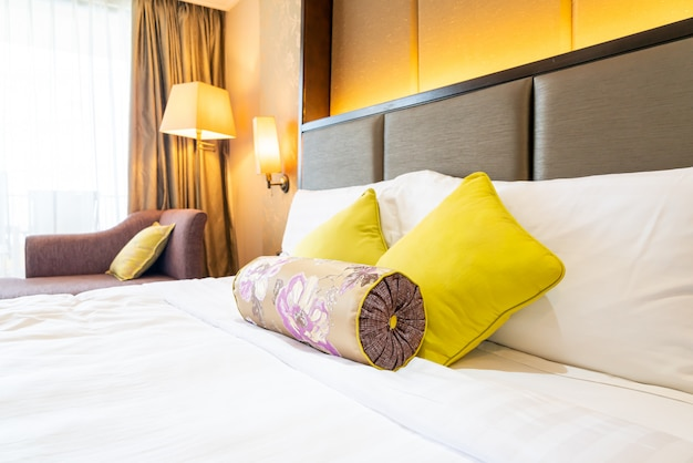 Удобное украшение подушки на кровати в спальне отеля