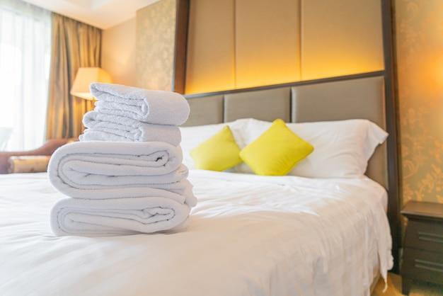 ホテルリゾートのベッドで白いタオル折り