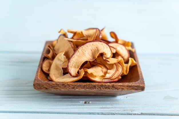 木材でスライスした自家製乾燥有機リンゴ