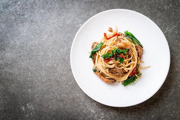 Жареные спагетти с курицей и бази