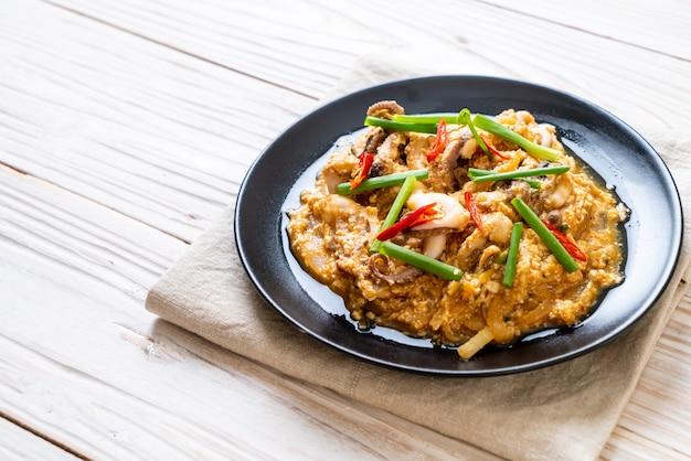イカの炒め物またはタコと卵の塩焼き、アジア風シーフードスタイル