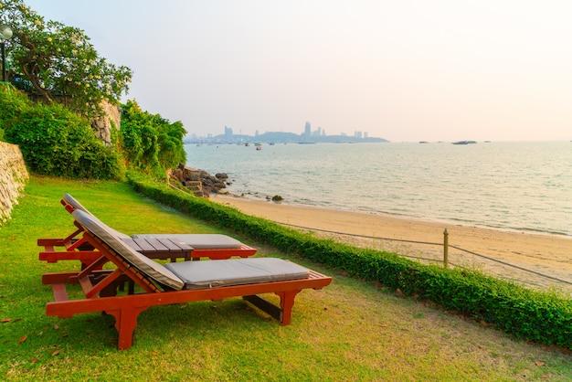 タイ、パタヤの日没時にビーチ海とビーチチェア