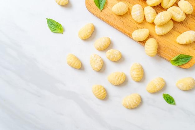 伝統的なイタリアのニョッキパスタ未調理
