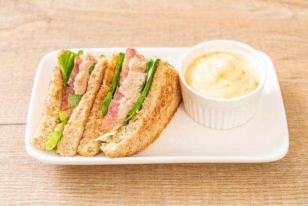 Домашний сэндвич с тунцом с помидорами и листьями салата