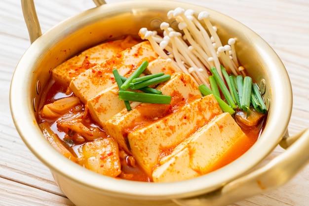 「キムチチゲ」またはキムチスープと豆腐または韓国のキムチシチュー