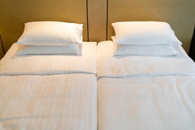 ホテルリゾートの寝室のベッドの上の白い枕装飾
