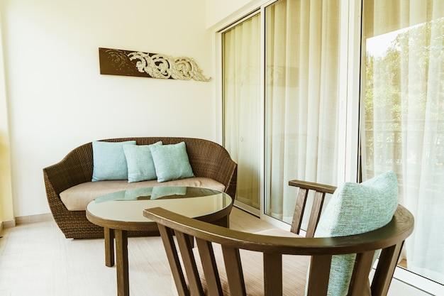 バルコニーのパティオの椅子に快適な枕の装飾