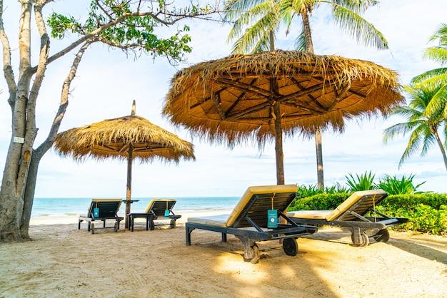 ビーチチェアと海海ビーチと傘
