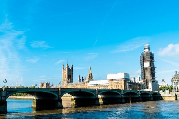 Биг бен и вестминстерский мост с темзой в лондоне, великобритания