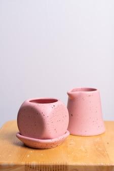 木製のテーブルに空の美しい粘土の植木鉢
