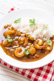 Креветки в соусе карри на рисе
