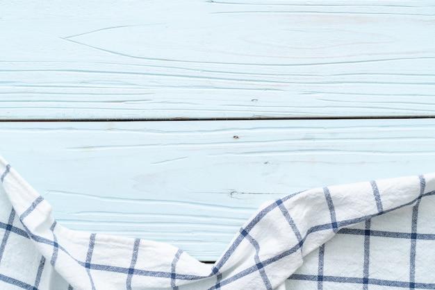 青い木製の壁にキッチンクロス(ナプキン)