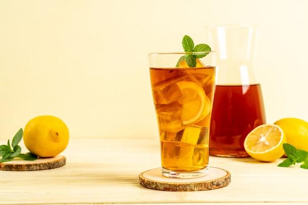 アイスレモンティーのグラス