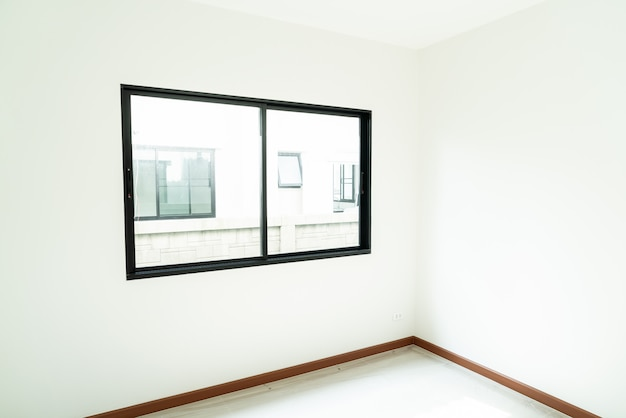 空のガラス窓と家のドア