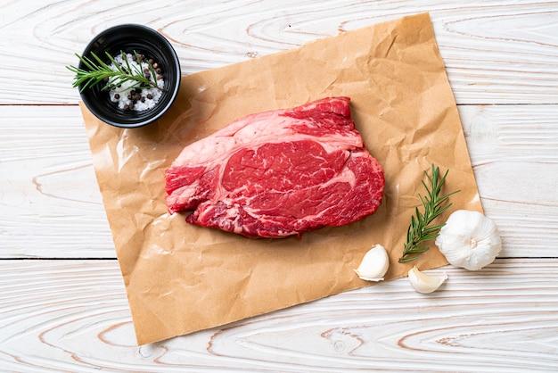 Свежий сырой стейк из говядины