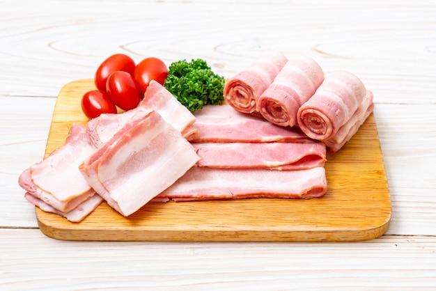 スライスした生豚ベーコン