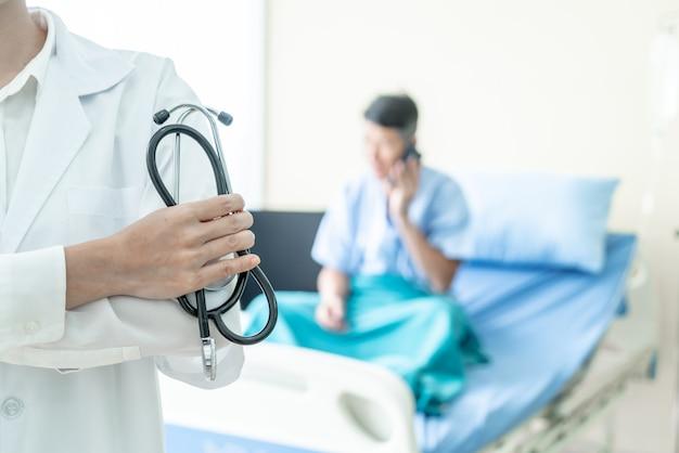 Женщина-врач держит стетоскоп