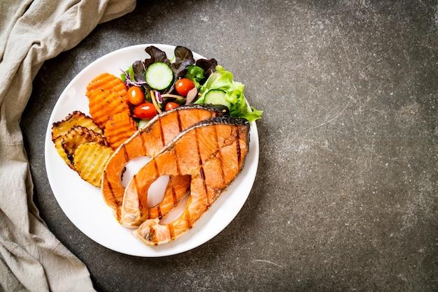 グリルしたサーモンステーキフィレと野菜