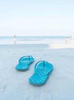 Флипфлопс на песчаном морском пляже