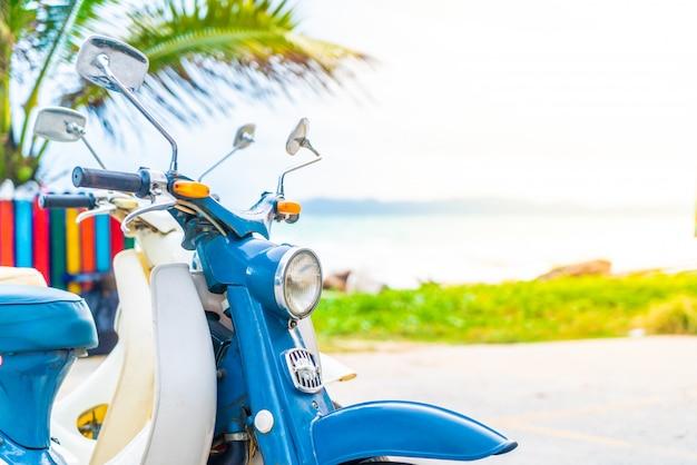 Старый и классический велосипед с морским фоном