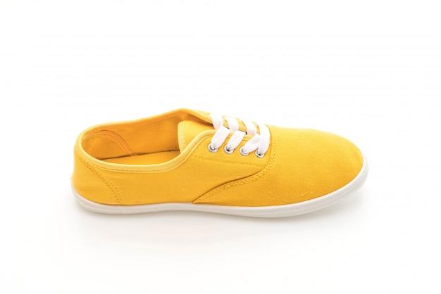 Желтые кроссовки на белом фоне