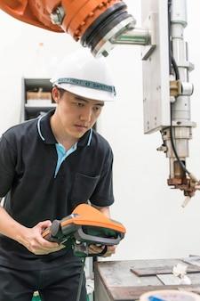 ロボット機械で作業する電気技師