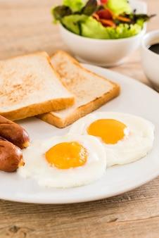 ソーセージとパンと一緒に揚げた卵