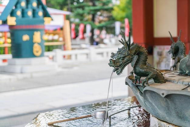 浅草寺での霊的な浄化のためのバシン