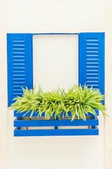 白い壁の青い窓